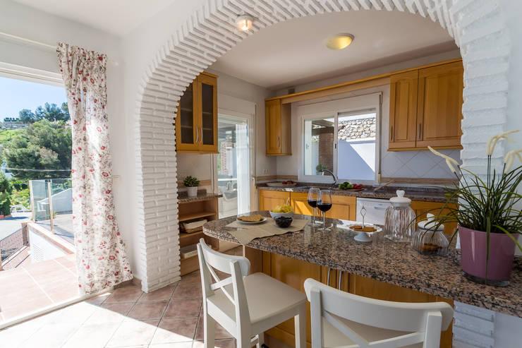 Cocinas de estilo mediterraneo por Home & Haus | Home Staging & Fotografía