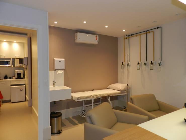 Consultório Médico: Escritórios  por Monique Mureb arquitetura,Moderno