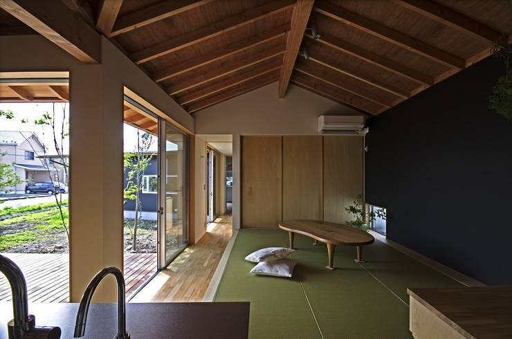 Salon moderne par 岡本和樹建築設計事務所 Moderne