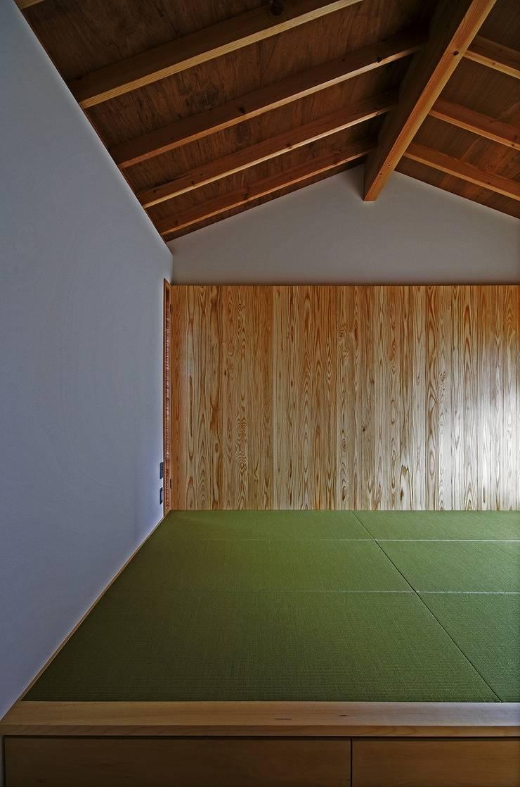 Chambre moderne par 岡本和樹建築設計事務所 Moderne