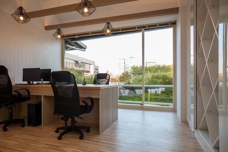 現代混搭:  辦公大樓 by 簡式建築室內設計