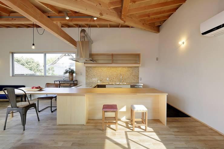 Cocinas de estilo moderno de 岡本和樹建築設計事務所 Moderno
