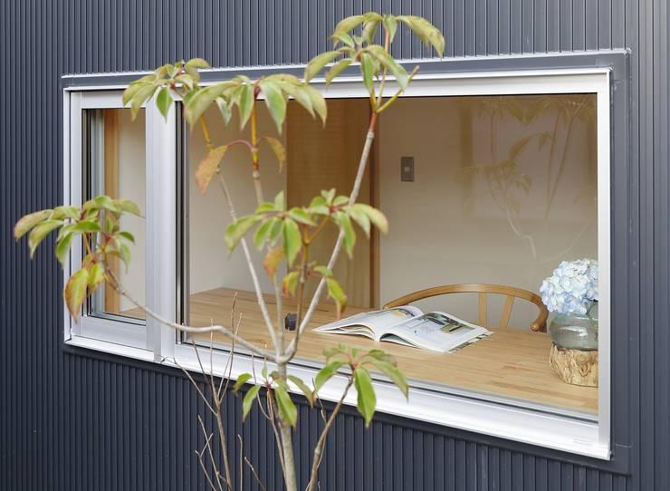 Oficinas de estilo moderno de 岡本和樹建築設計事務所 Moderno