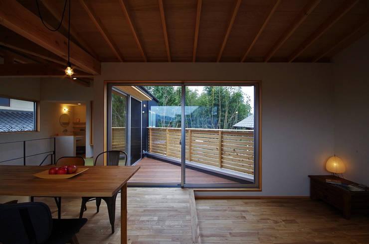 Salas de estilo moderno de 岡本和樹建築設計事務所 Moderno