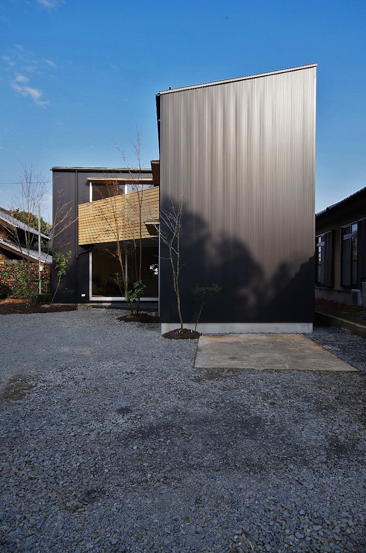 Casas modernas de 岡本和樹建築設計事務所 Moderno