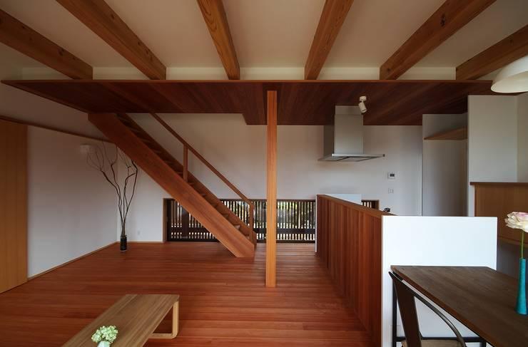 Moderne Wohnzimmer von 岡本和樹建築設計事務所 Modern