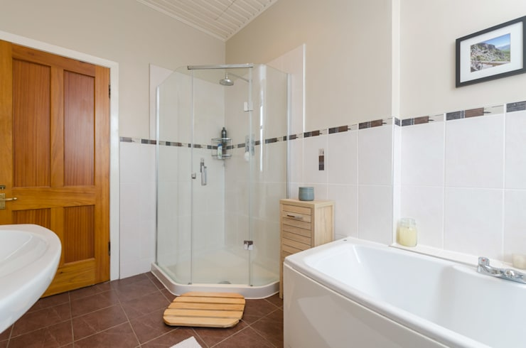 classic Bathroom by Jonathan Hagen Photography