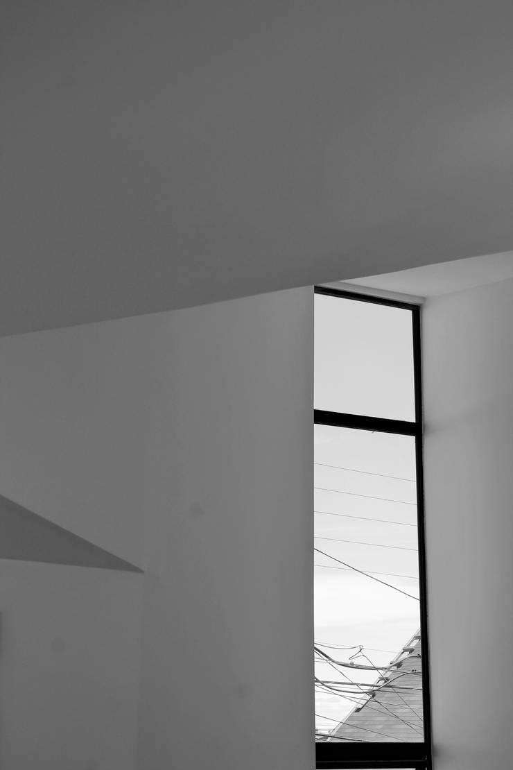 CASA X : Pasillos y hall de entrada de estilo  por Francisco Parada Arquitectos