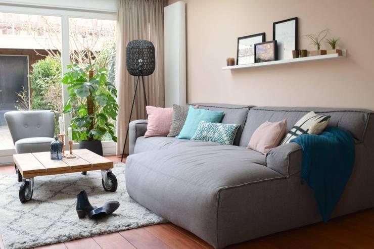 Ruang Keluarga oleh Atelier09, Modern