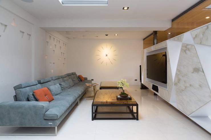 【溫暖且具穿透性的空間規劃】:   by 衍相室內裝修設計有限公司