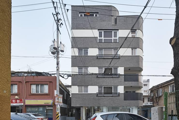 건물의 도로측 정면: 이이케이 건축사사무소의