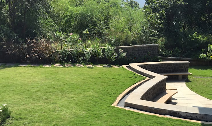 Lawn area around the bungalow: modern Garden by Land Design landscape architects