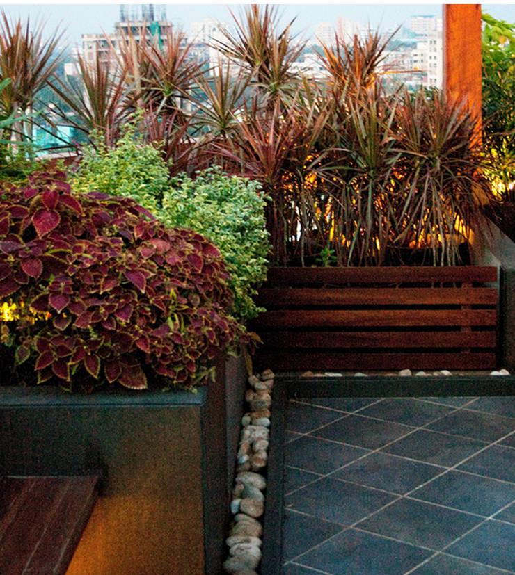 Planter and flooring pattern:  Garden by Land Design landscape architects