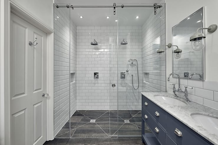 Double Shower:  Bathroom by Adventure In Architecture