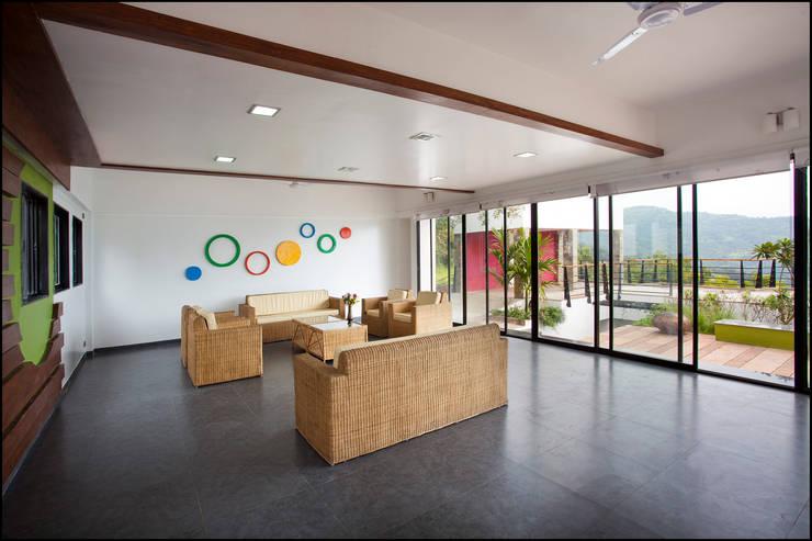 waiting area:  Corridor & hallway by Land Design landscape architects