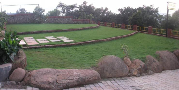 Bungalow landscape :  Garden by Land Design landscape architects