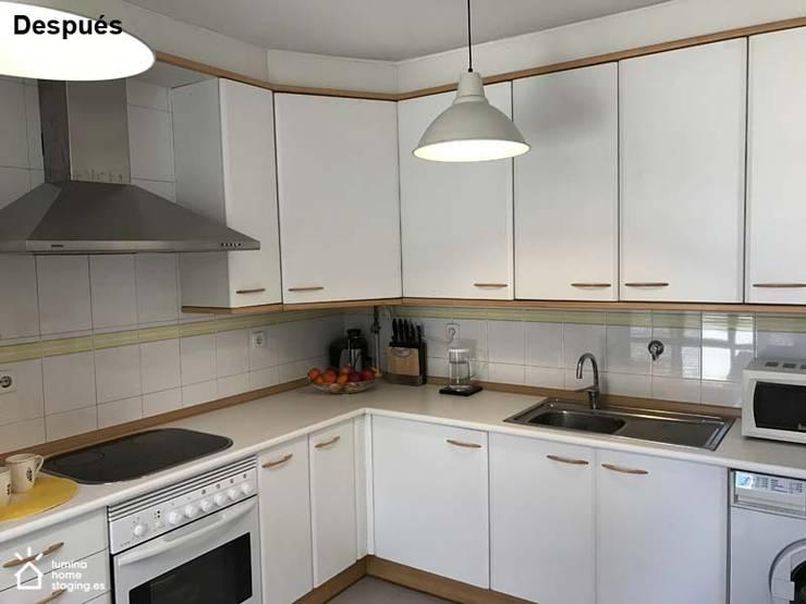 Una cocina blanca y neutra siempre atrae:  de estilo  de Lúmina Home Staging