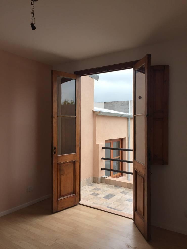 Dormitorio Principal - Balcón: Dormitorios de estilo  por estudionvarquitectura
