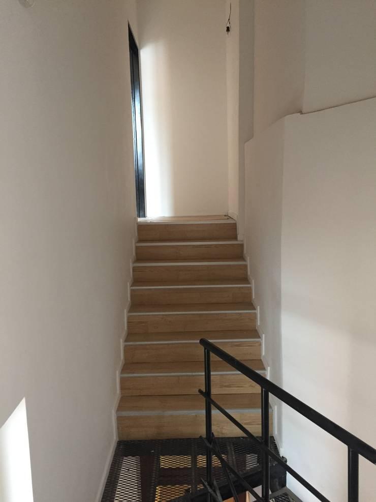 Hall - Escaleras: Pasillos y recibidores de estilo  por estudionvarquitectura