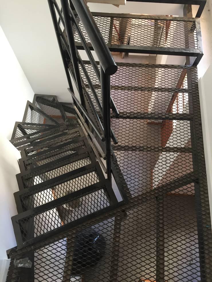 Escalera: Pasillos y recibidores de estilo  por estudionvarquitectura