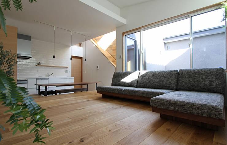 Salas / recibidores de estilo escandinavo por 福田康紀建築計画