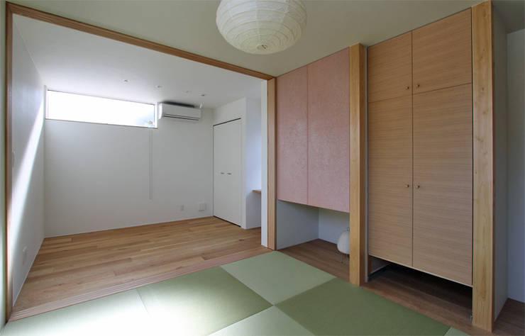 Dormitorios de estilo  por 福田康紀建築計画