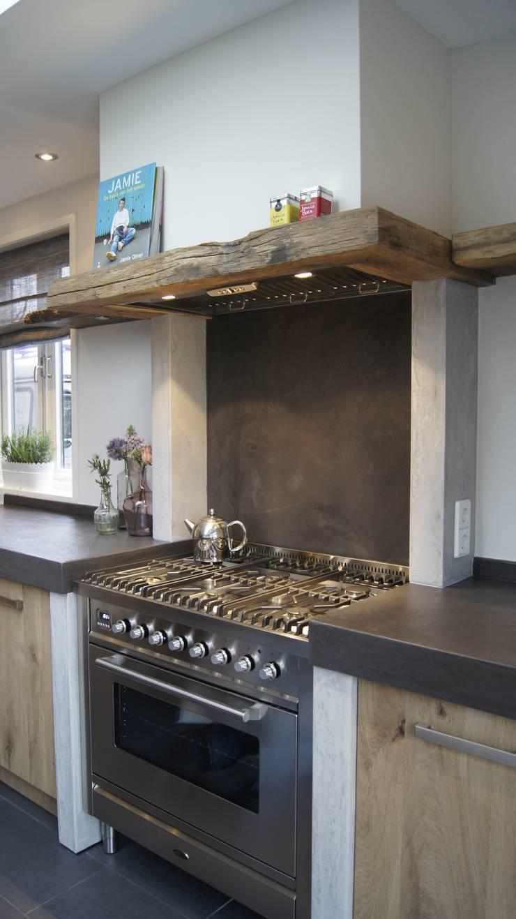 Vintage Eiken Woonkeuken:  Keuken door Langens & Langens BV, Landelijk