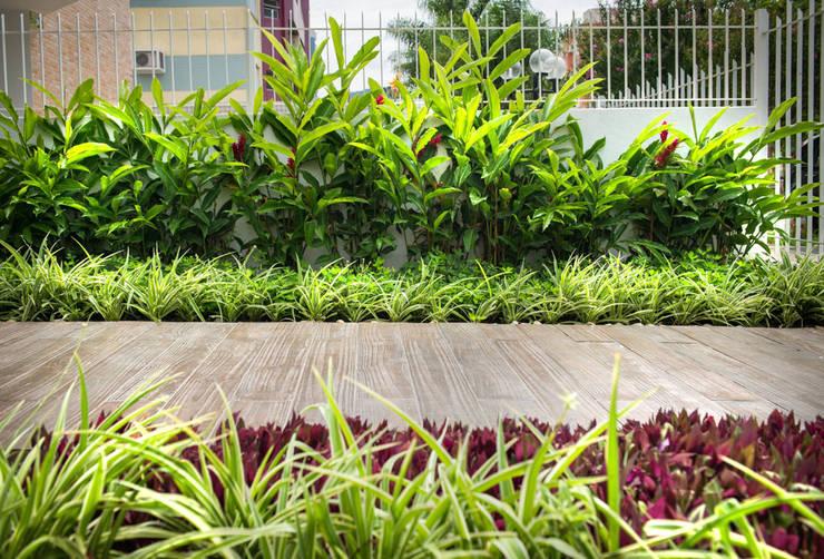 Jardines de estilo  por Grama Arquitetura