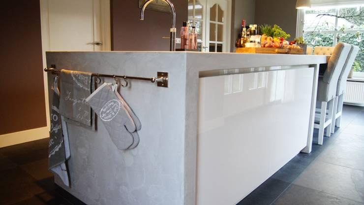 Moderne woonkeuken met kookeiland:  Keuken door Langens & Langens BV, Modern
