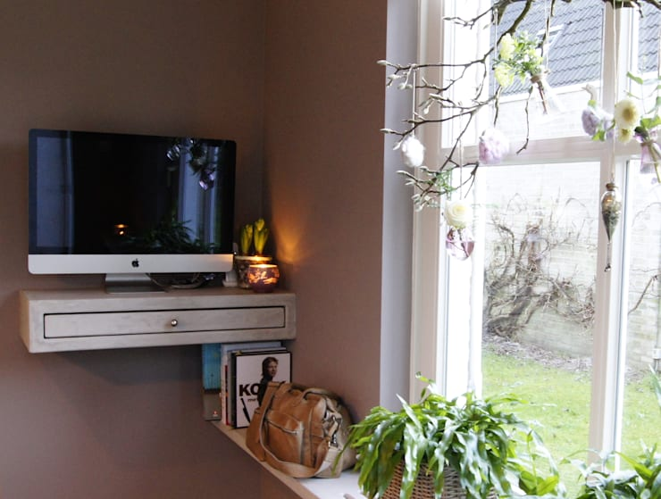 Moderne woonkeuken met computerhoek:  Keuken door Langens & Langens BV, Modern