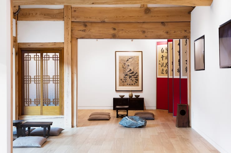 한옥에 살다: Design A3의  거실,한옥 솔리드 우드 멀티 컬러