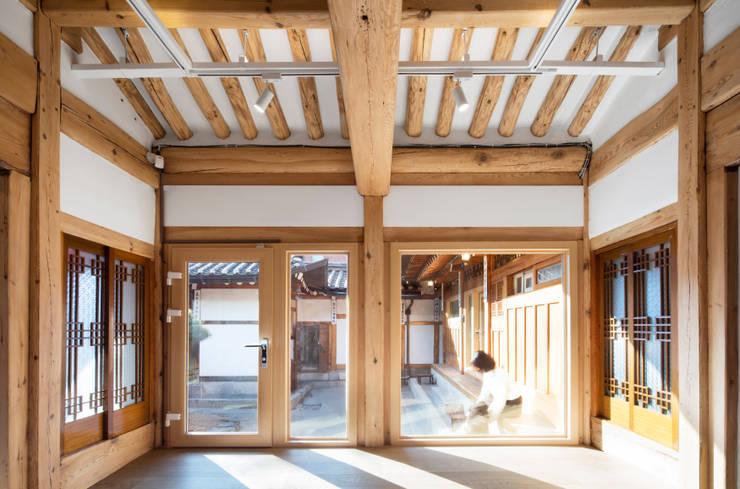 한옥에 살다: Design A3의  거실,한옥