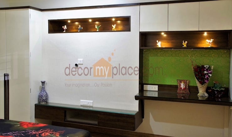 KOLTE PATIL 24 K PUNE :  Bedroom by decormyplace