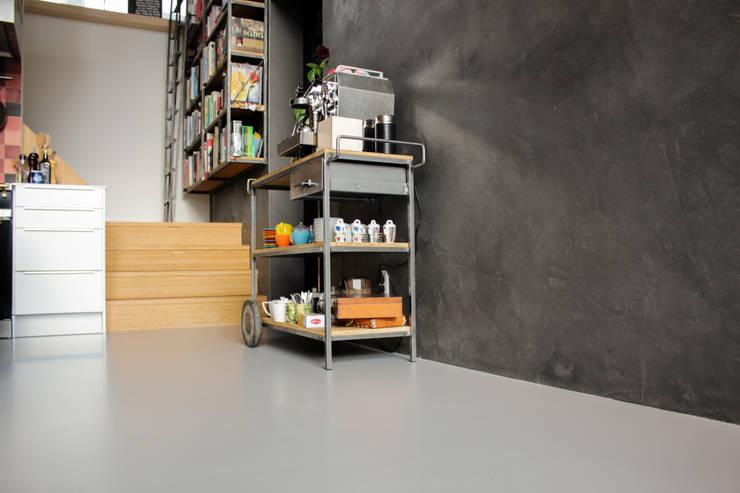 Betonlook gietvloer in combinatie met betonlook wanden:  Muren & vloeren door Motion Gietvloeren