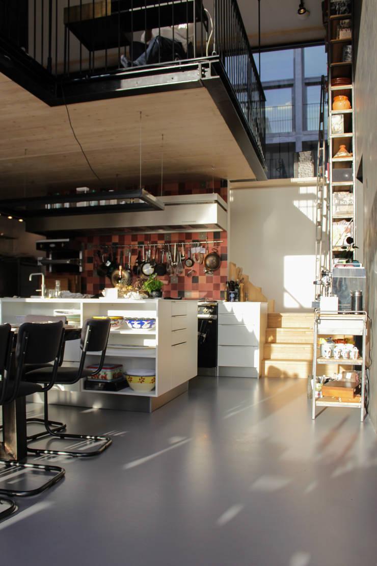 Betonlook gietvloer in keuken:  Keuken door Motion Gietvloeren