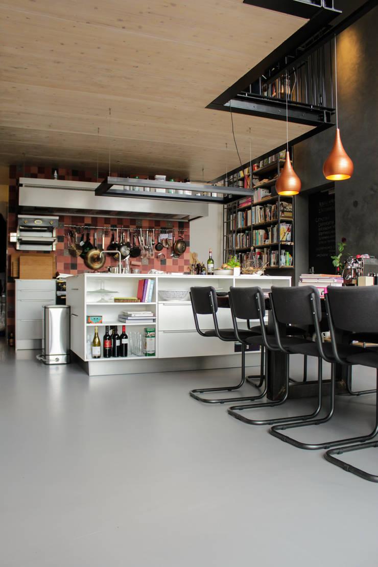 Betonlook gietvloer in keuken:  Eetkamer door Motion Gietvloeren