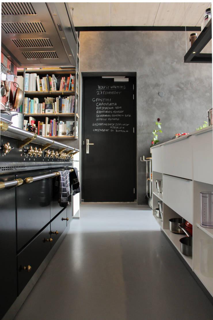 Betonlook gietvloer voor kleine ruimtes :  Keuken door Motion Gietvloeren