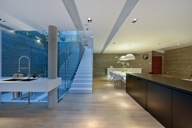 House in Shatin :  Corridor & hallway by Millimeter Interior Design Limited