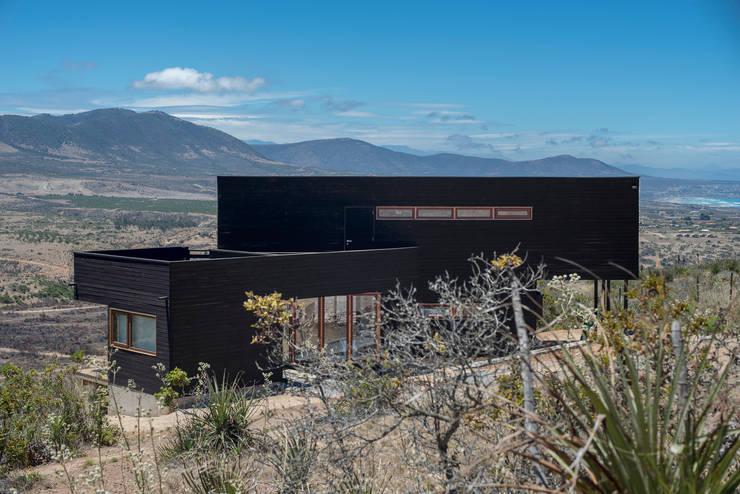 vista lateral, fachada nor oriente: Casas de estilo  por Thomas Löwenstein arquitecto