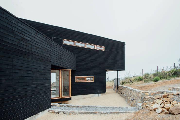 exterior acceso: Casas de estilo  por Thomas Löwenstein arquitecto