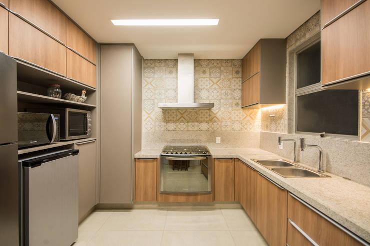 مطبخ تنفيذ Natália Parreira Design de Interiores e Paisagismo
