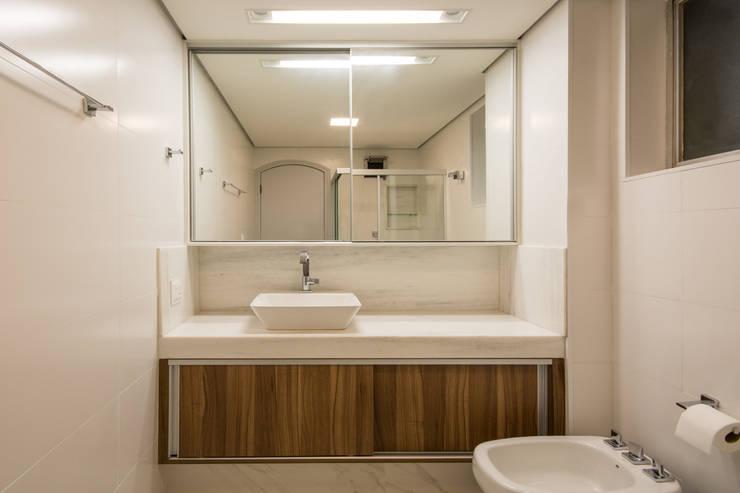 Apto JeC: Banheiros  por Natália Parreira Design de Interiores e Paisagismo
