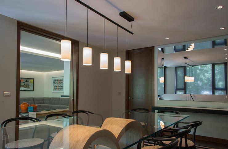 vista desde comedor hacia living: Comedores de estilo  por Thomas Löwenstein arquitecto