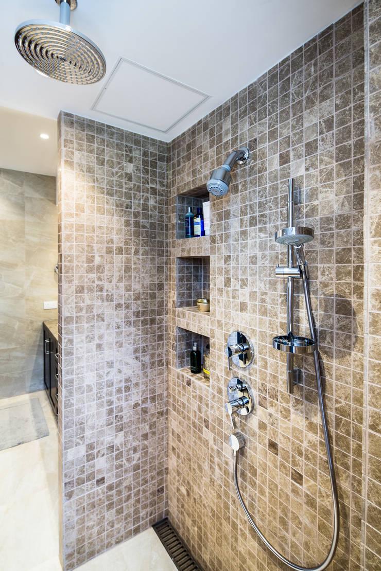 現代浴室設計點子、靈感&圖片 根據 Nicole Cromwell Interior Design 現代風 磁磚