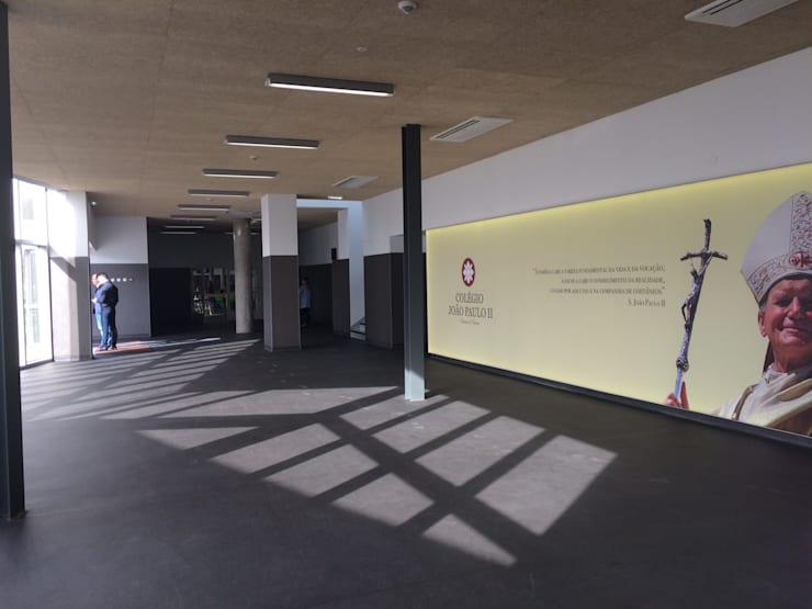 Colégio João Paulo II: Corredores e halls de entrada  por Alberto Lobo Gonçalves, arquitecto