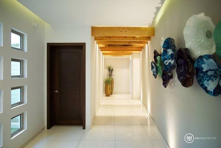 A856: Pasillos y recibidores de estilo  por UV Arquitectos