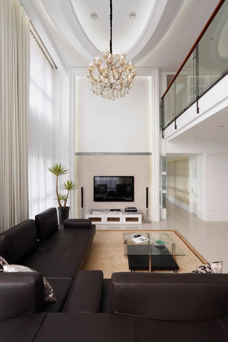 白色的極緻優雅:  客廳 by 誼軒室內裝修設計有限公司