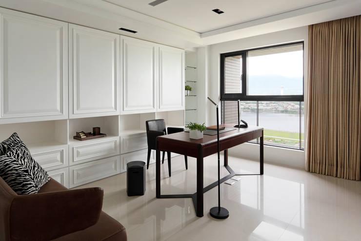 白色的極緻優雅:  書房/辦公室 by 誼軒室內裝修設計有限公司