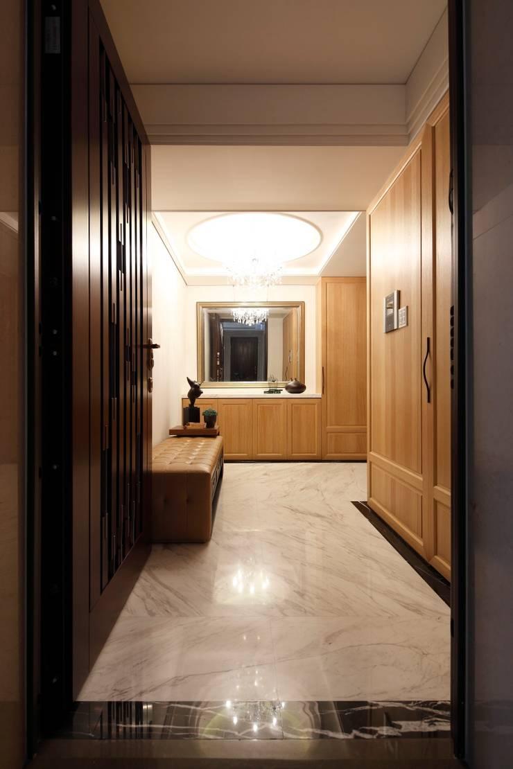 實木皮的美式線條:  走廊 & 玄關 by 誼軒室內裝修設計有限公司