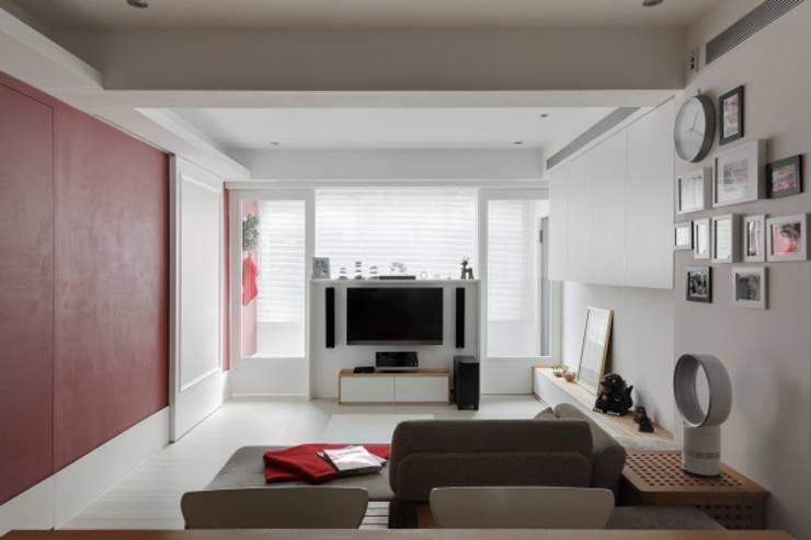 浪漫小屋:  客廳 by 誼軒室內裝修設計有限公司
